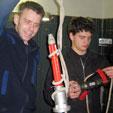Harri und Mathi beim Einbinden von Strahlrohren