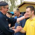 Gratulation durch den Kameraden Bernd Hössel der Feuerwehr Teutschenthal