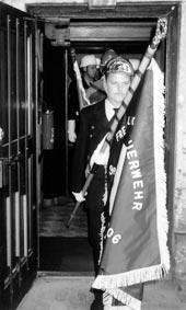 Detlef Denner mit geweihter Fahne